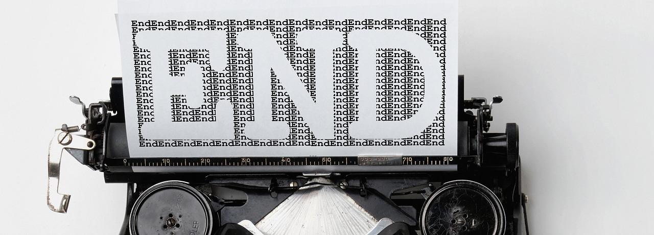 macchina da scrivere con foglio con su scritto END